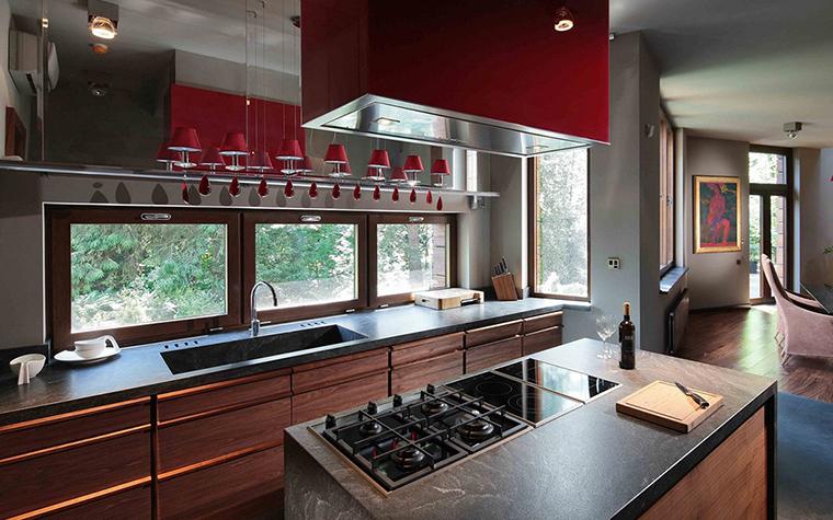 <p>Автор проекта: Галерея Фрейман.</p> <p>Освещение кухонного острова подбирается в зависимости от его расположения и удалённости от естественных источников света. Нередко кухонный остров поставляется в комплекте с вытяжкой, которая бывает оснащена встроенной подсветкой.</p>