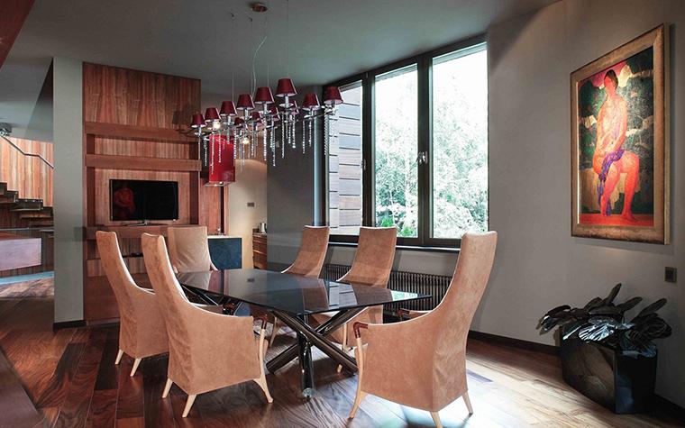 <p>Автор проекта: Ольга Фрейман Галерея</p> <p>Из этой столовой можно пройти прямо в сад через гостиную. </p>