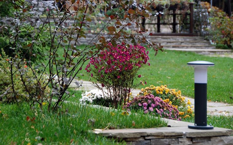 <p>Автор проекта: Green Atelier</p> <p>Современный ландшафтный дизайн предусматривает тщательную работу со светом. Осещения в вашем саду должно быть достаточно. Разнообразие только приветствуется. Верхний свет, боковой, точечный - все как в интерьерном дизайне!</p>