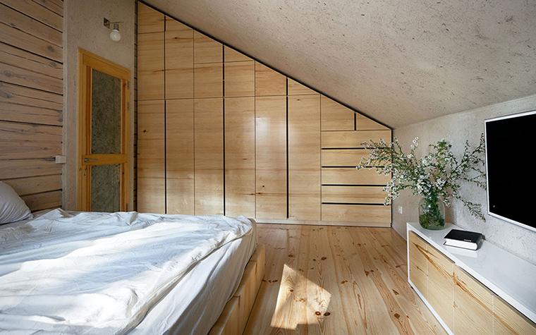 <p>Автор проекта: творческая мастерская &laquo;РЫНТОВТ &ndash;ДИЗАЙН&raquo;.&nbsp;</p> <p>Небольшая гостевая спальня со скошенным мансардным потолком, минимумом деталей и обилием белого цвета, предназначена, скорее всего, для гостей. А стиль ее ближе к эко-минимализму, но обрусевшему минимализму.</p>