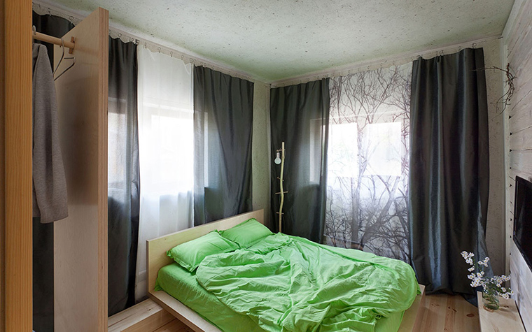 <p>Автор проекта: творческая мастерская  &laquo;РЫНТОВТ-ДИЗАЙН&raquo;.&nbsp;</p> <p>Еще одна угловая спальня с двумя окнами. Тяжелые черные шторы можно раздвинуть, а можно - закрыть. </p>