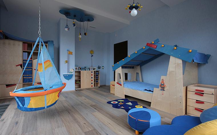 <p>Автор проекта: Сергей Тихомиров. Фотограф: Зинон Разутдинов.&nbsp;</p> <p>В этой игровой комнате можно почувствовать себя настоящим морским волком, путешественником со стажем. Здесь для этого все есть, и корабль, и синее море, и синие дождевые тучи, и хижина Робинзона.</p>
