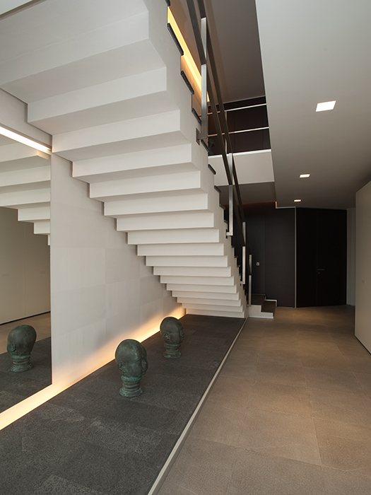 <p>Автор проекта: Юрий Зименко. Фото: Андрей Авдеенко.</p> <p>Дизайн холла в доме с большим подлестничным пространством требует оригинальных решений. </p>