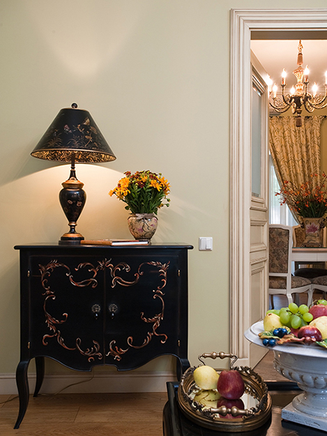 Классический интерьер гостиной с камином