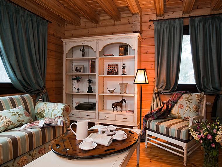 <p>Автор проекта: Юрий Зименко.</p> <p>Большой деревянный шкаф с открытыми полками, который в традиционных домах используется для посуды, в этом загородном доме стал местом для коллекции мелкой пластики и арт-объектов.</p>