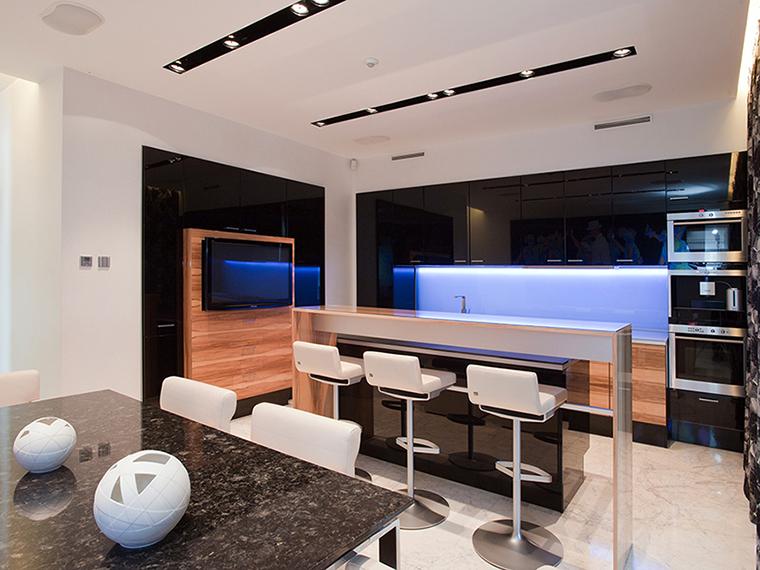 <p>Автор проекта: Юрий Зименко.&nbsp;</p> <p>В этом проекте светодиоды применены в зоне кухни.&nbsp; Кухонные шкафы, оснащенные тонированной светодиодной подсветкой,&nbsp; равномерно освещают рабочую зону кухни и наполняют интерьер эффектным голубым свечением. </p>