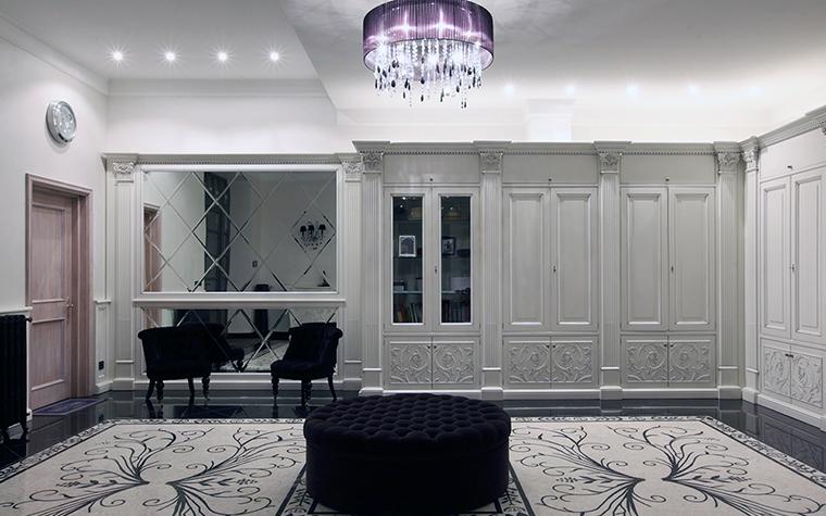 <p>Автор проекта: Domoff Group</p> <p>Черно-белая классика гардеробной сопоставима с остальными интерьерами дома.</p>