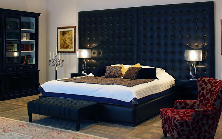 <p>Автор проекта: Domoff Group</p> <p>Здесь мебель спальни не просто темная, а черная, с синевой. По контрасту ей -&nbsp; ослепительная белизна белья и приглушенный серо-белый цвет стен.</p>