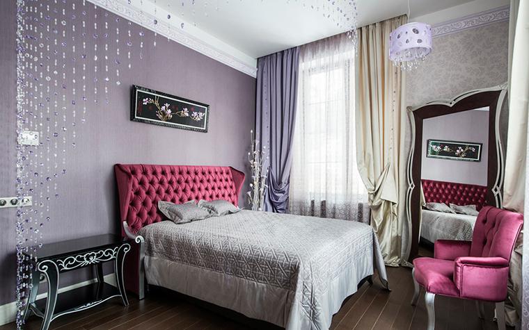 <p>Автор проекта: дизайн-студия «АвКубе». Фотограф: Александр Камачкин.</p> <p>Фиолетовые оттенки очень уместно использовать в женской спальне.  Бледно  сиреневая стена и шторы станут отличным фоном для  изголовья кровати  цвета пурпура. Этот цвет поддерживает кресло с обивкой, отливающей  пурпурным блеском.</p>