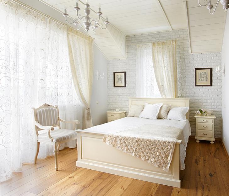 <p>Автор проекта:  Вера Герасимова. Фотограф: Дмитрий Лившиц.&nbsp;</p> <p>Два окна этой белой спальни загородного дома расположены под углом. Интересный объем получился не только из-за света, но и, благодаря оригинальному потолку.</p>