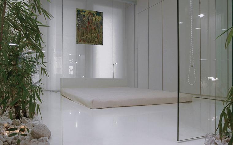 <p>Автор проекта:  Архитектурная мастерская Studio68/32.&nbsp;</p> <p>Стеклянные перегородки-трансформеры, низкий диван,&nbsp; декоративные растения - все в этом белом интерьере имитирует Японию. Японию в нашем понимании. </p>