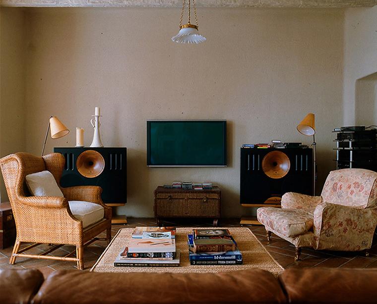 <p>Автор проекта: Борис Крутик.</p> <p>Сундук с успехом может заменить многие предметы корпусной <a href=http://www.360.ru/Catalog/mebel/mebel-dlya-audio-video/>мебели</a>, например, выполнить роль тумбочки под телевизор.</p>