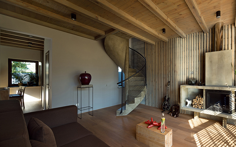 <p>Автор проекта: Сергей Махно.&nbsp;</p> <p>Винтовая лестница, ведущая из гостиной на второй этаж дома, неожиданно точно рифмуется и с камином, и с балками потолка, и с деревянными конструкциями стен.&nbsp;</p>