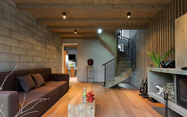 <p>Автор проекта: Сергей Махно</p> <p>Легкая закругленная лестница делает композицию гостиной более изящной и разнообразной. </p>