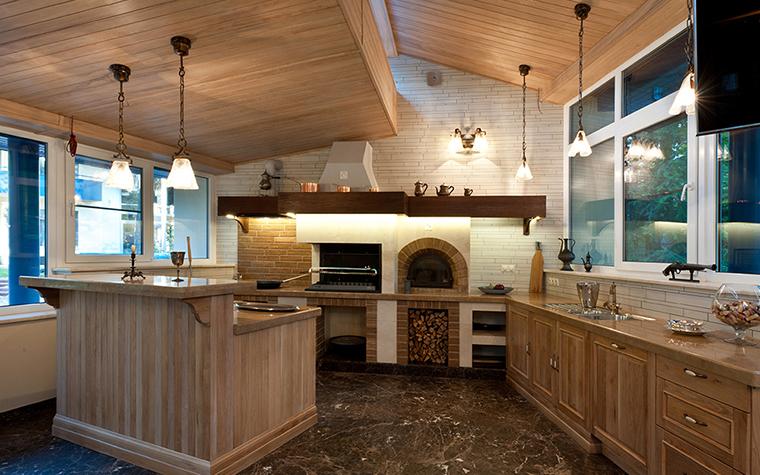 <p>Автор проекта: Егор Серов</p> <p>Эта кухня загородного дома - с полом, сделанным из камня. Хороший вариант!</p>
