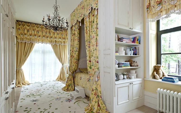 <p>Автор проекта: Егор Серов.</p> <p>В детской комнате для девочки вся мебель - белого цвета, шторы с ламбрекенами - бежевые, в цветочек. Над кроватью ламбрекен превращается в балдахин. Эта детская - еще один вариант комнаты для маленькой принцессы.</p>