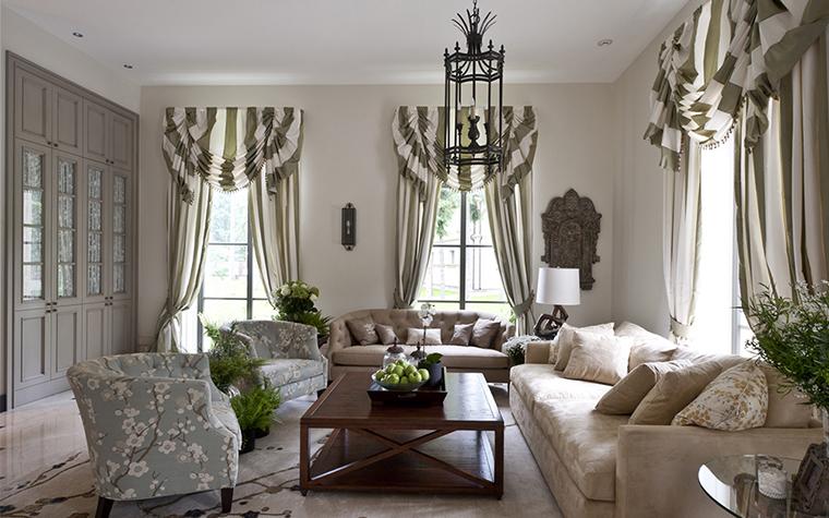 <p>Автор проекта: Егор Серов.&nbsp;</p> <p>Просторная монохромная гостиная, оформленная по классическим принципам, выглядит стильно и современно. Особую классичность интерьеру придают полосатые шторы на высоких окнах, которые имеют эффектный дизайн, а также текстильные обивки мягкой мебели, в приятных серо-бежевых цветочных узорах. </p>