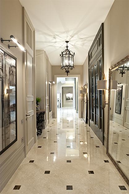 <p>Автор проекта: Егор Серов.</p> <p>Если входная зона является частью протяженного коридора, то дизайн коридора в доме и прихожей должен быть выдержан в едином стиле.  <br /> &nbsp;</p>