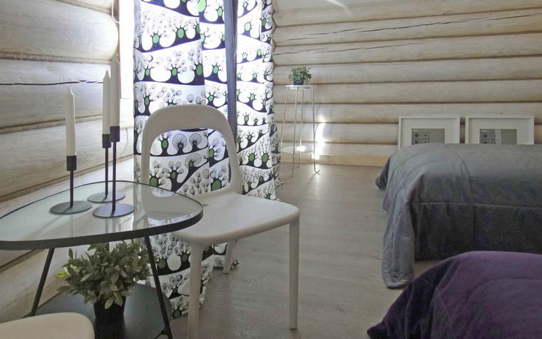 <p>Автор проекта: БЕРНИ дизайн</p> <p>Спальня в деревянном загородном доме оформлена в современном дизайне и в светлых тонах. Все дерево стен и пола&nbsp; тонировано под цвет беленого дуба, к ним добавлена белая пластиковая мебель. В качестве цветовых акцентов выступает текстиль: орнаментальные шторы, лиловое и серое покрывала. </p>