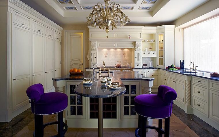 <p>Автор проекта: Александр Попель</p> <p>Кухонный остров и два барных бархатных стула с валиком (классика!) - оммаж классическому стилю.</p>
