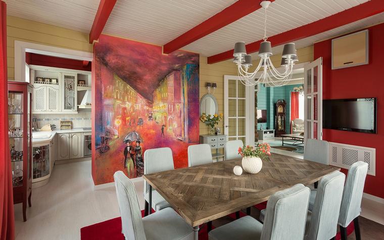 <p>Автор проекта: Александр Шепель</p> <p>Столовая отделена от собственно кухонной зоны не только перегородкой, но даже живописью. Гостиная расположена отдельно. Если двери открыты, все-таки получается опенспейс. </p>