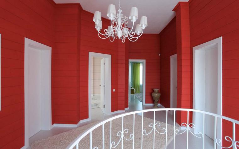 <p>Автор проекта: Александр Шепель.&nbsp;</p> <p>Красно-белый холл, с преобладанием красного цвета выглядит очень активно. Будьте осторожны, так легко потерять меру в красно-белом интерьере. Но здесь все хорошо. Холл не спальня и даже не гостиная, а проходное помещение. </p>