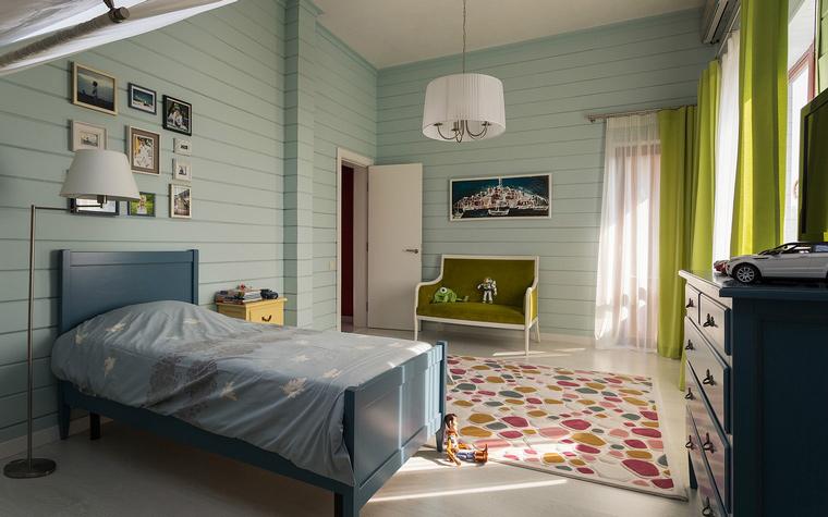 <p>Автор проекта: Александр Шепель</p> <p>Это комната находится в загородном доме. Много света, много воздуха - её отличительные черты.</p>