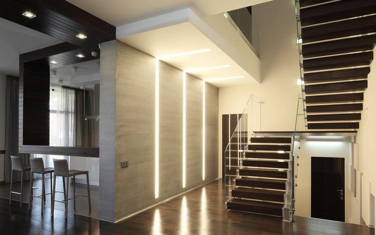 <p>Автор проекта:   Дизайнус</p> <p>Длинные настенно-потолочные светильники - главные герои этого двухстветного пространства.</p>