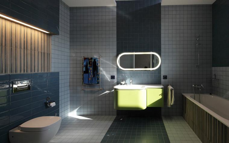 <p>Автор проекта:  архитектурное бюро «ДИЗАЙНУС».</p> <p>Ванная комната в темных тонах выглядит так, исключительно благодаря световому дизайну, превращающему ее в настоящую инсталляцию.</p>