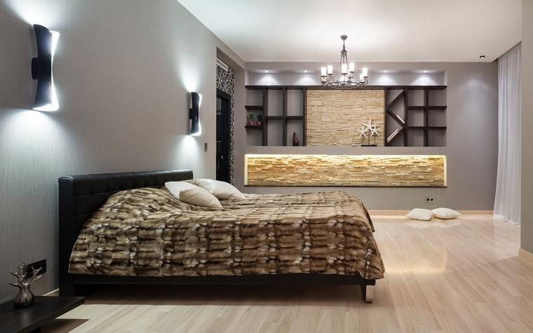 <p>Автор проекта: Сергей Тихомиров.&nbsp;</p> <p>Здесь ниша в спальной комнате тоже имеет эффектную подсветку. К тому же она еще является и местом для хранения.</p>