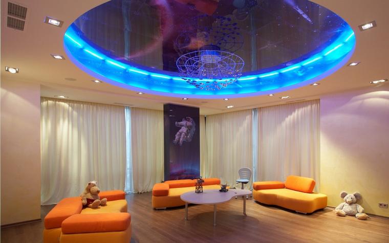 <p>Автор проекта: Александр Щетинин</p> <p>Детская комната с оранжевыми диванами и синим эллипсом светильника под потолком выдержана в &quot;космическом&quot; стиле. Оранжевый, между прочим, самый, что ни на есть, &quot;космический&quot; цвет.</p>