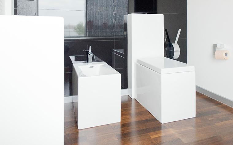 <p>Автор проекта: Анна Шемуратова</p> <p>Фрагмент санузла демонстрирует все особенности интерьера: черно-бело-коричневую гамму, зеркальную полировку натуральных отделок и строгую геометрию форм сантехники.&nbsp;</p>