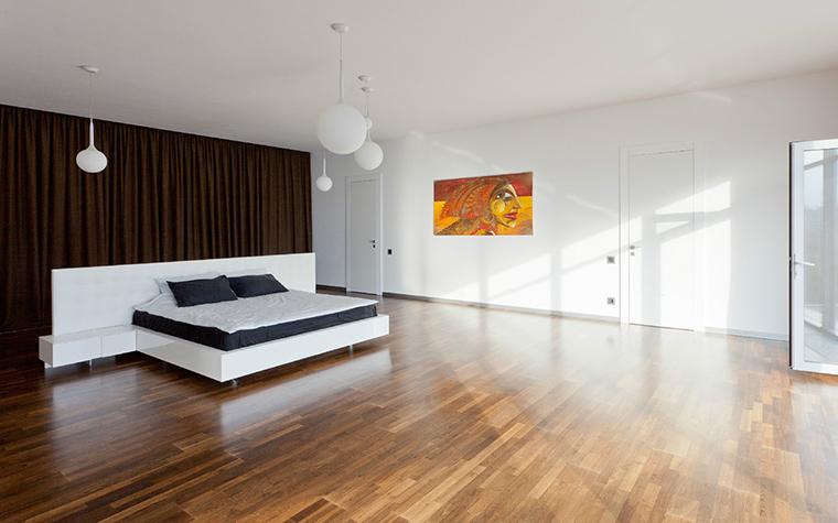 <p>Автор проекта: Анна Шемуратова.&nbsp;</p> <p>Мужская спальня с обилием светильников больше похожа на огромный зал для приема гостей. Интерьер пустой, но очень энергичный!</p>