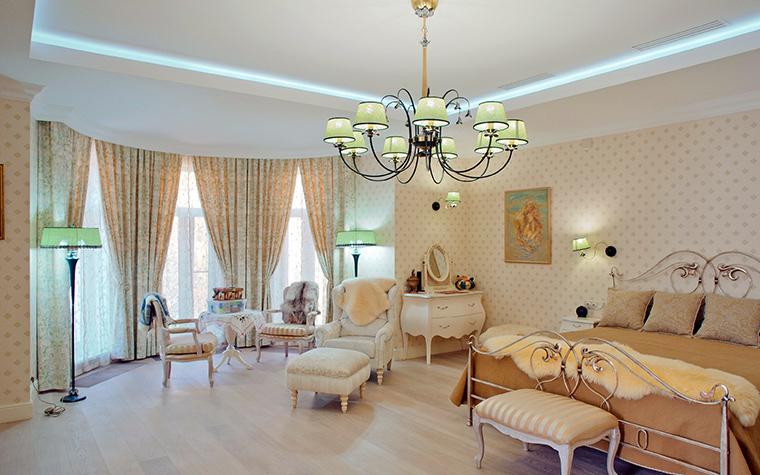 <p>Автор проекта: Александр Белобородов.&nbsp;</p> <p>Огромная хозяйская спальня с полукруглым эркером выполнена традиционно-класически. </p>