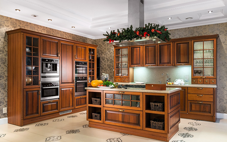 <p>Автор проекта: Лазарева Виктория</p> <p>Кухонный гарнитур из дерева цвета ореха выдает пристрастие хозяев дома к стилю английской классики. </p>