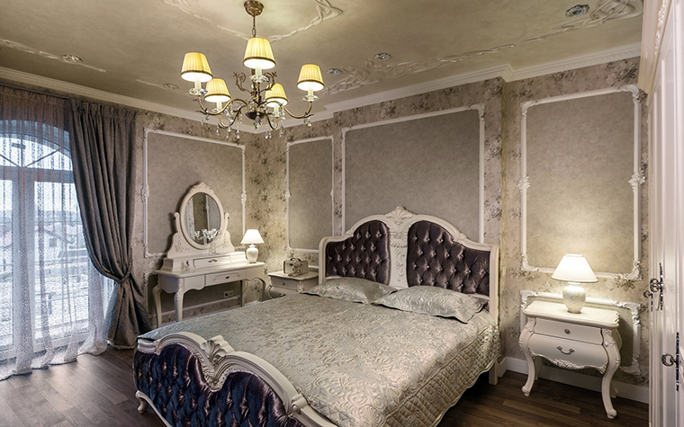<p>Автор проекта: Лазарева Виктория</p> <p>Обстановка спальни в духе дворцовой классики окрашена в модную сливочно-шоколадную гамму. Роскошно и достаточно гламурно!</p>