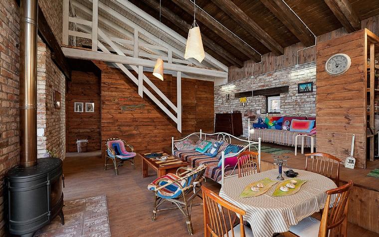 <p>Автор проекта: студия decorkuznetsov.&nbsp;</p> <p>Двусветную гостиную с открытыми потолочными балками естественным образом дополняет деревянная лестница. </p>