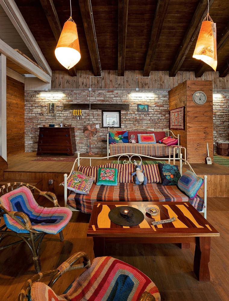 Дизайн интерьера гостиной с лестницей