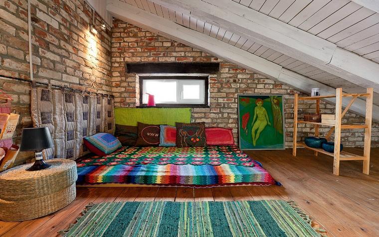 <p>Автор проекта: Студия decorkuznetsov.</p> <p>Яркий текстильный дизайн мансарды на даче, непритязательная мебель, эстетика кирпичной кладки превратили мансарду в симпатичный мини-лофт.</p>