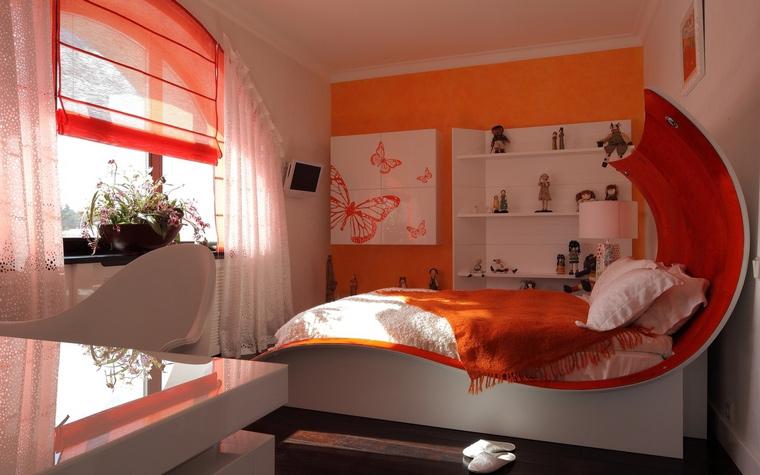 <p>Автор проекта:   Дизайн-бюро Анны Куликовой и Павла Миронова</p> <p>Интерьер детской комнаты построен на сочетании двух цветов: белого и оранжевого. Оранжевый здесь использован довольно активно. Он на фасаде шкафа, в закругленной спинке кровати в и полупрозрачной римской шторе. </p>