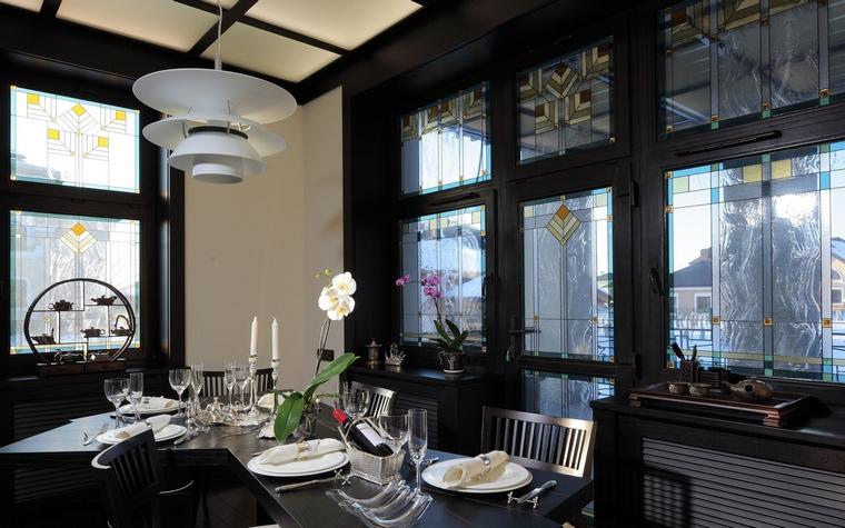 <p>Автор проекта: дизайн-бюро Анны Куликовой и Павла Миронова.&nbsp;</p> <p>Для романтического ужина орхидеи в столовой подходят больше других цветов</p>