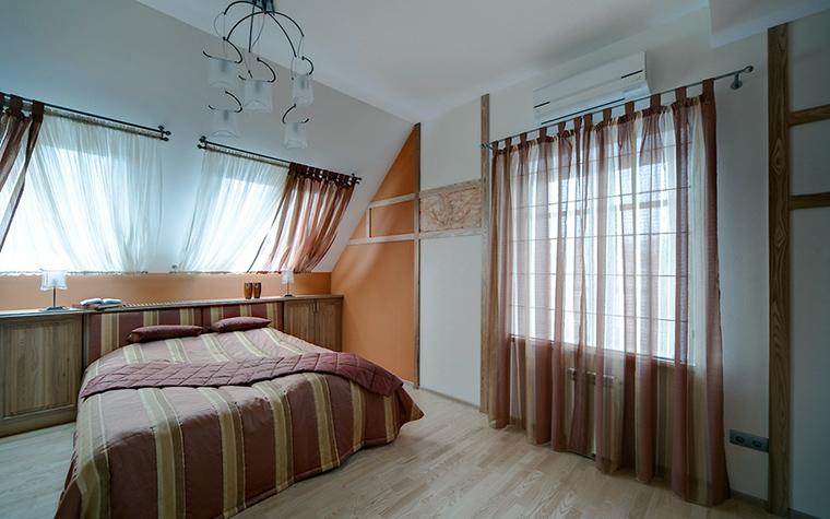 <p>Автор проекта:  Асия Орлова. Фотограф:  Александр Шевцов.&nbsp;</p> <p>Гостевая спальня в мансардном этаже с двумя угловыми окнами без лишней мебели и аксессуаров идеальна для сна. </p>
