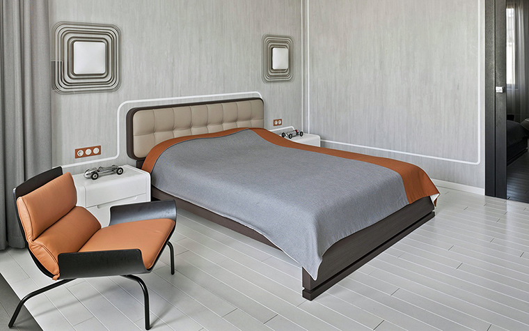 <p>Автор проекта: Николай Цупиков.</p> <p>Дизайнерская мебель и светильники, крашеный белый пол и белые стены действуют умиротворяюще.</p>