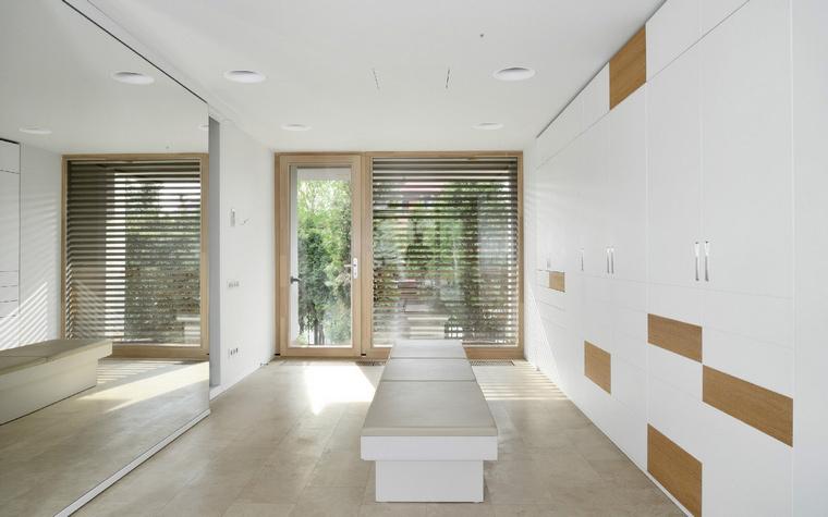 <p>Автор проекта: studio АИ-Студия<br /> Фотограф: Народицкий Алексей</p> <p>А в этой гардеробной есть даже окно, с видом на сад. Все это превращает гардеробную в полноценную комнату.</p>