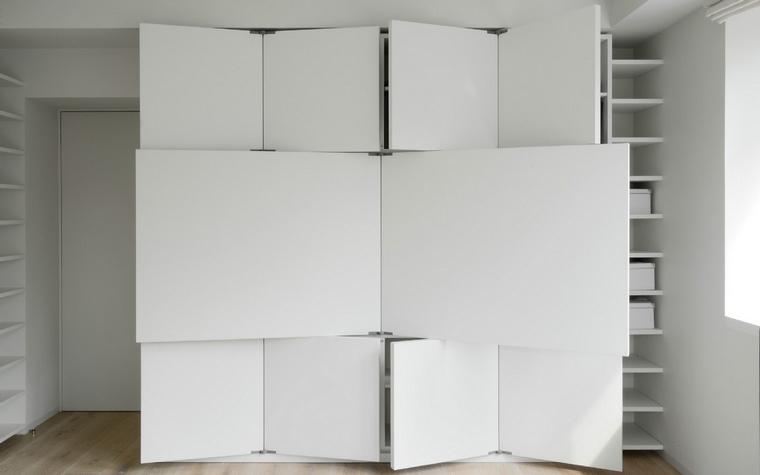 <p>Автор проекта: studio АИ-Студия&nbsp; Фотограф: Народицкий Алексей</p> <p>Дизайнерский стеллаж с необычной  системой дверей и полок представляет собой отличную систему хранения и,  ко всему прочему, очень эффектно выглядит. В полуоткрытом виде его  вполне можно принять за монументальный арт-объект. </p>