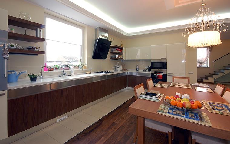 <p>Автор проекта: Ирина Сурина</p> <p>Фьюжн, как стиль, также уместен для загородной кухни-столовой. Попробуйте, например, вместить классическую люстру в геометрию минимализма - очень интересно!</p>