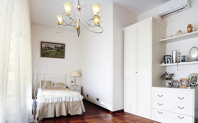 <p>Автор проекта: Ирина Сурина</p> <p>Интерьер детской комнаты выдержан в белых тонах, включая стены и мебель. А вот пол отделали деревом ярко-коричневого цвета. Она сразу же стал доминантой интерьера.</p>