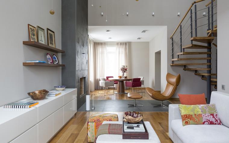 <p>Автор проекта: А-Дизайн</p> <p>Минималистичный по форме и цвету серый параллелепипед камина зарифмован в двусветном пространстве гостиной- столовой. </p>