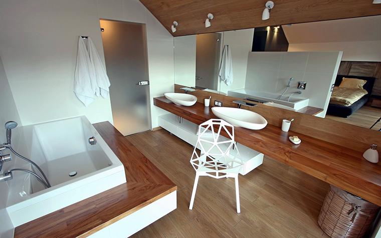 <p>Автор проекта: Сергей Готвянский</p> <p>Дерево, как отделочный материал, тоже может быть в дизайне ванных комнат. Только для этого его нужно пропитать специальным влагооталкивающим раствором.</p>