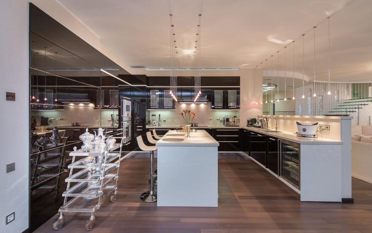 <p>Автор проекта: Наталья Фарносова</p> <p>Даже хай-тек может стать стилем, который выбирают для оформления дачной кухни-столовой.</p>